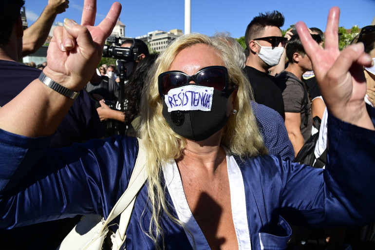 """Une femme portant un masque """"résistance"""", lors de la manifestation madrilène le 16 août 2020/"""