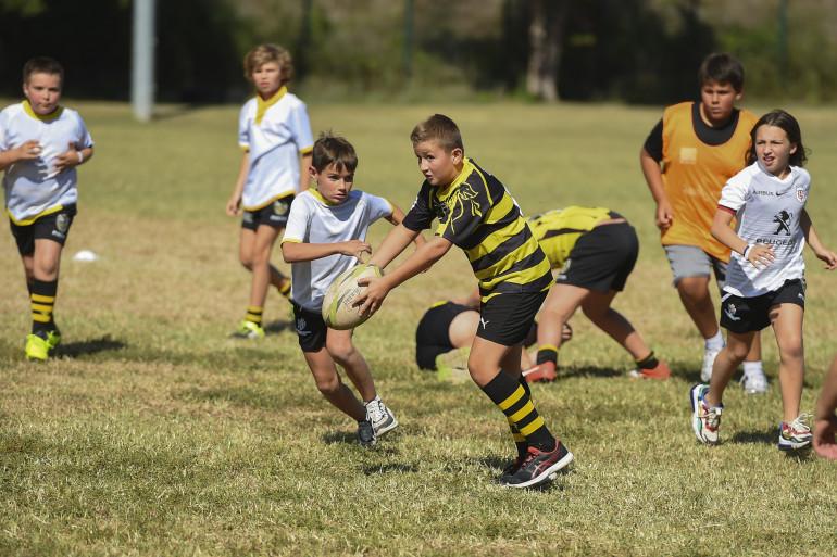 Des enfants jouent au rugby en septembre 2019 à Lalinde (Dordogne)