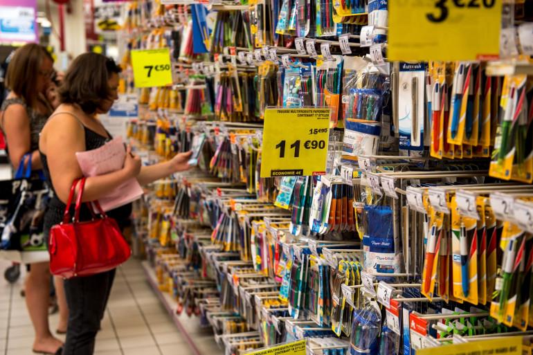 Des parents achètent les fournitures scolaires de leurs enfants le 18 août 2016 à Englos