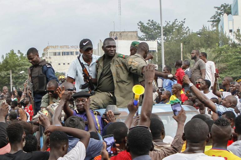 Des militaires maliens arrivent au Square de la Libération à Bamaka (Mali) le 18 juillet 2020