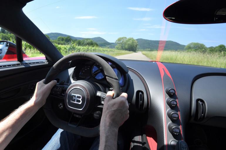 Un homme conduisant une Bugatti Chiron (illustration).