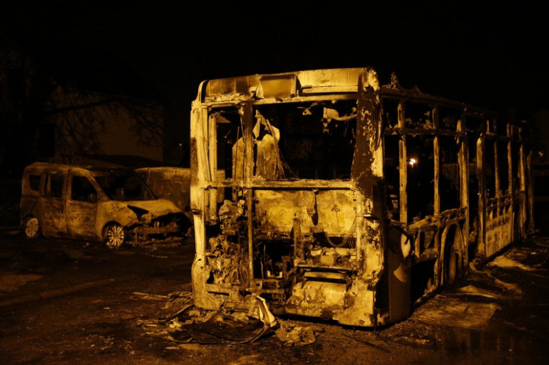 Un bus a été incendié et son chauffeur légèrement blessé mercredi 23 novembre lors d'échauffourées à Beaumont-sur-Oise.