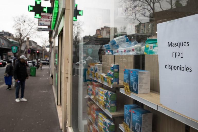 Une pharmacie parisienne, le 16 mars 2020.