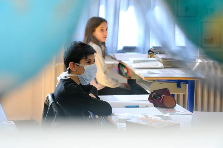 Un élève porte un masque à l'école (illustration)