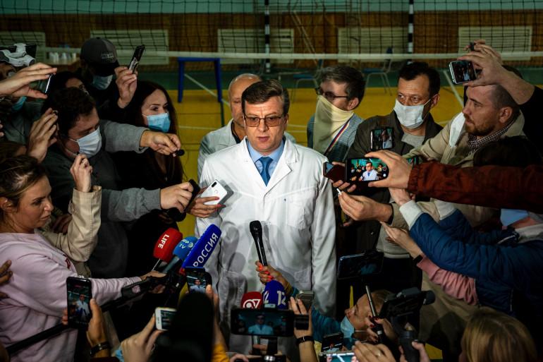 """Le médecin-en-chef de l'hôpital, Alexandre Mourakhovski, a également jugé que la question d'un transfert était """"prématurée"""" avant """"une stabilisation complète du patient""""."""
