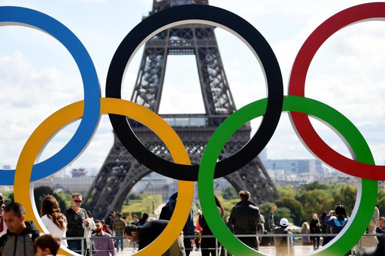 Les anneaux olympiques devant la Tour Eiffel le 14 septembre 2017