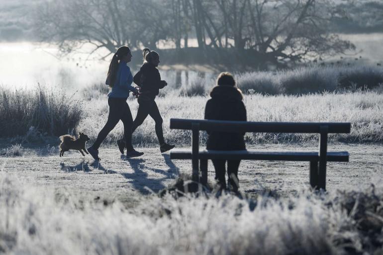 Des femmes courent dans le froid (illustration)