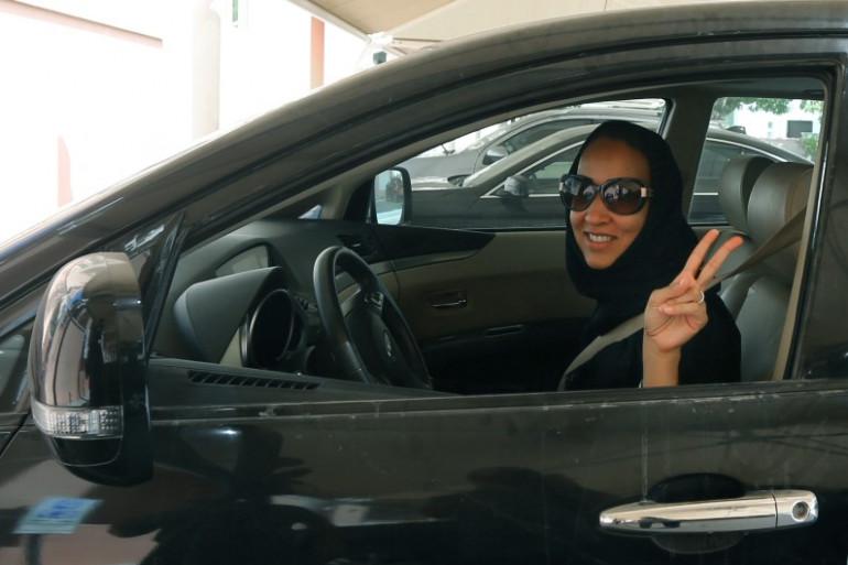 L'activiste saoudienne Manal Al Sharif défiant les autorités d'Arabie saoudite au volant d'une voiture