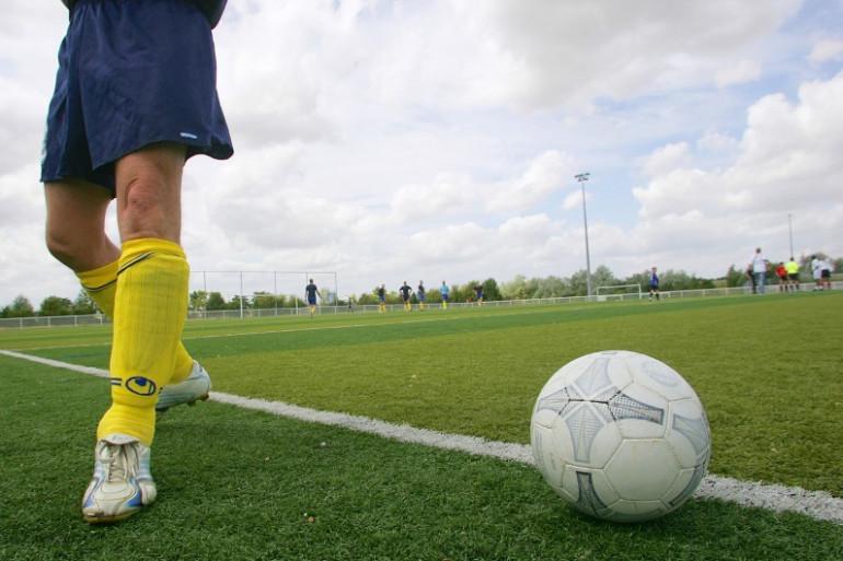 Un ballon et un terrain de football (illustration)