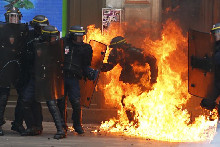 Un CRS en feu au moment des manifestations contre la Loi Travail - 15 septembre 2016