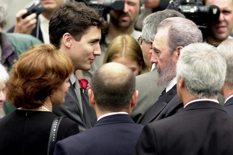 Justin Trudeau et Fidel Castro se saluent lors des obsèques de Pierre Eliott Trudeau, en octobre 2000