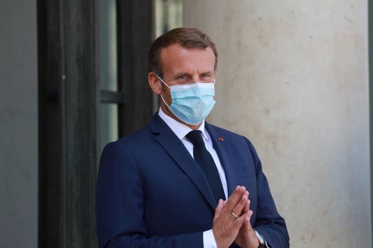 Le Président Emmanuel Macron le 26 juillet 2020 sur le perron de l'Élysée