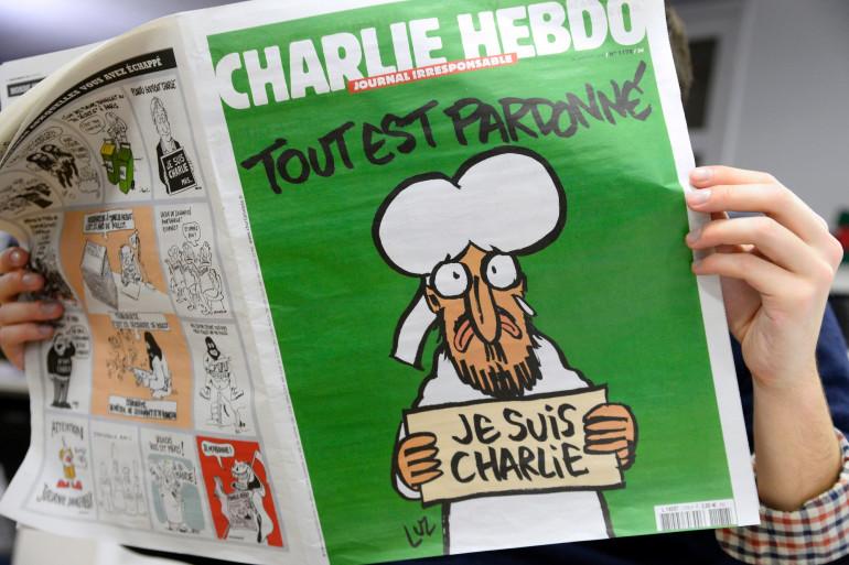 Une personne lit le numéro de Charlie Hebdo sortie à la suite des attentats de janvier 2015, le 13 janvier 2015 à Paris