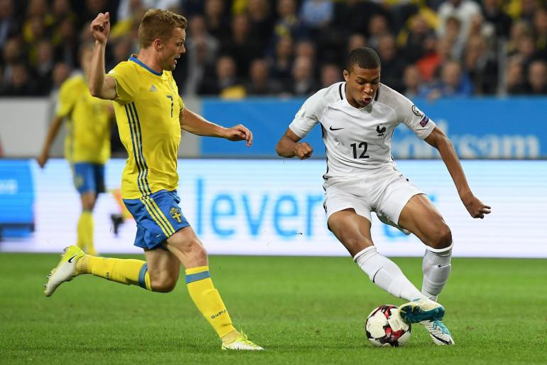 Kylian Mbappé avec les Bleus face au Suédois Sebastian Larsson le 9 juin 2017