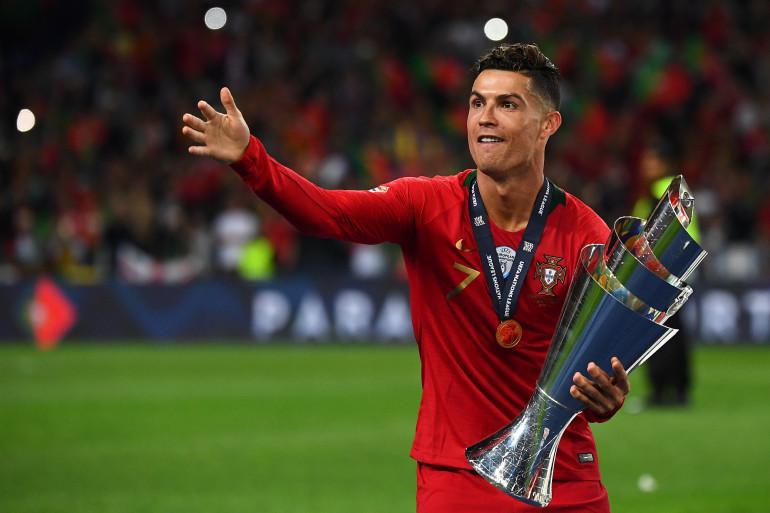 Cristiano Ronaldo avec le trophée de la Ligue des Nations le 9 juin 2019