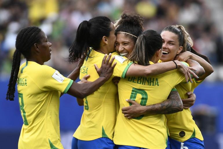L'attaquante brésilienne Cristiane, félicitée par ses coéquipières, a marqué un triplé face à la Jamaïque, le 9 juin 2019.
