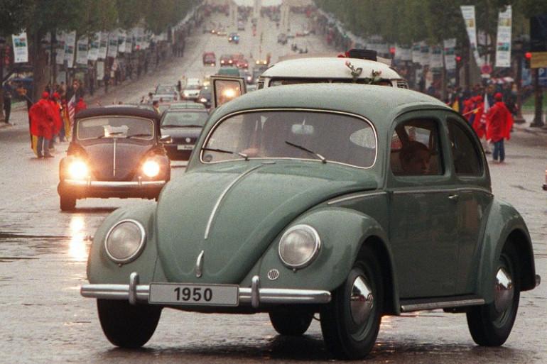Une Volkswagen Coccinelle sur les Champs-Élysées