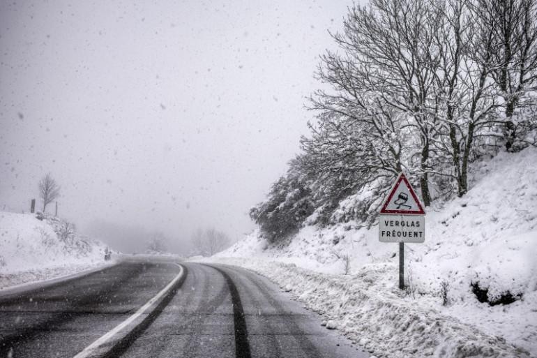 Une route sous la neige (illustration)
