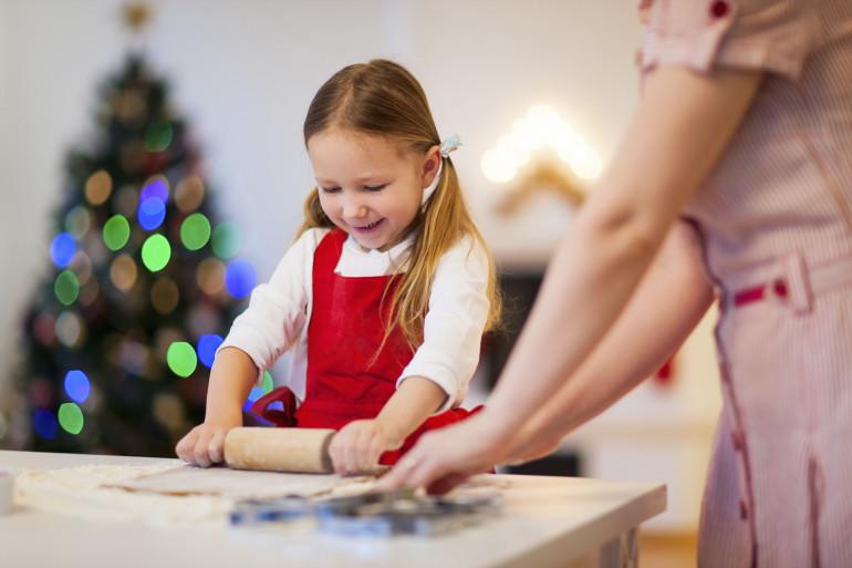 Une enfant à Noël (illustration)