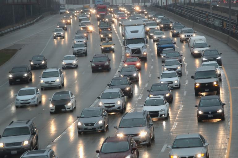 Des voitures sur une autoroute de Chicago, aux États-Unis