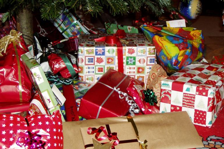 Des cadeaux de Noël sous un sapin (illustration)