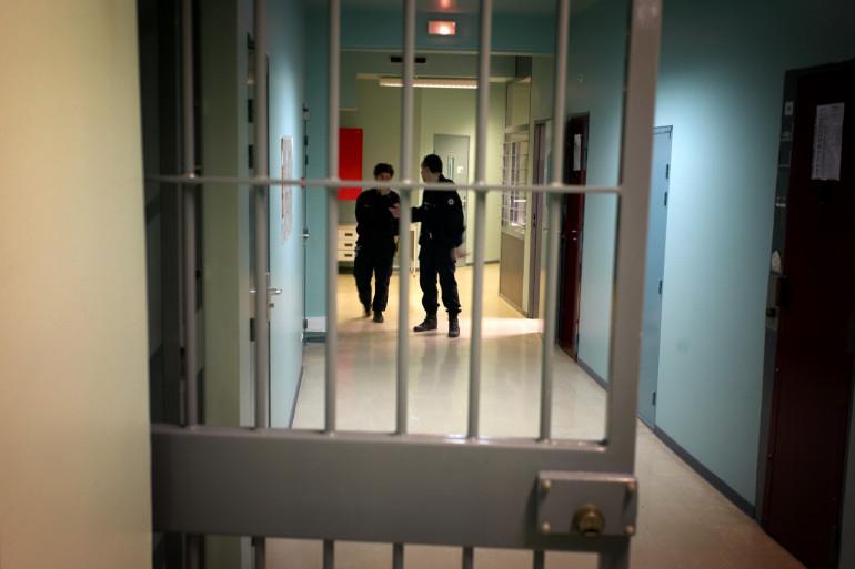 À l'ouverture de la porte de sa cellule, un autre prisonnier a jeté le contenu d'une casserole d'huile bouillante sur son co-détenu, puis l'a lacéré avec un éclat de miroir