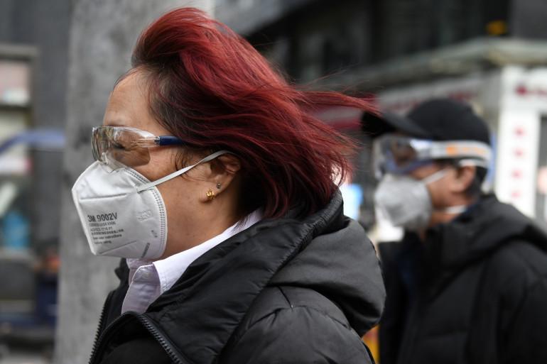 Une femme porte un masque et des lunettes à Pékin (illustration)