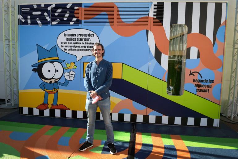 Le street-artiste Zdey le 7 septembre à Poissy, devant ce mur qui permet de traiter l'air et de restituer de l'oxygène purifié.