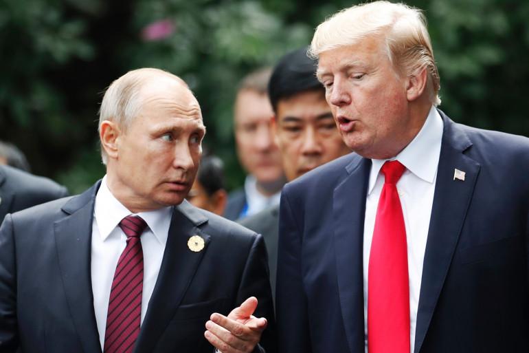 Le président russe, Vladimir Poutine, avec son homologue américain lors d'un sommet au Vietnam, en 2017.