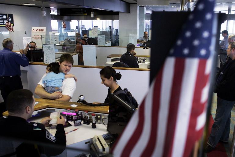 Un agent des douanes américaines à l'aéroport international de Miami