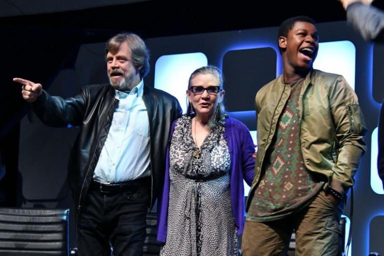 """Carrie Fisher entourée de Mark Hamill et John Boyega lors d'une convention """"Star Wars"""" en juillet 2016"""