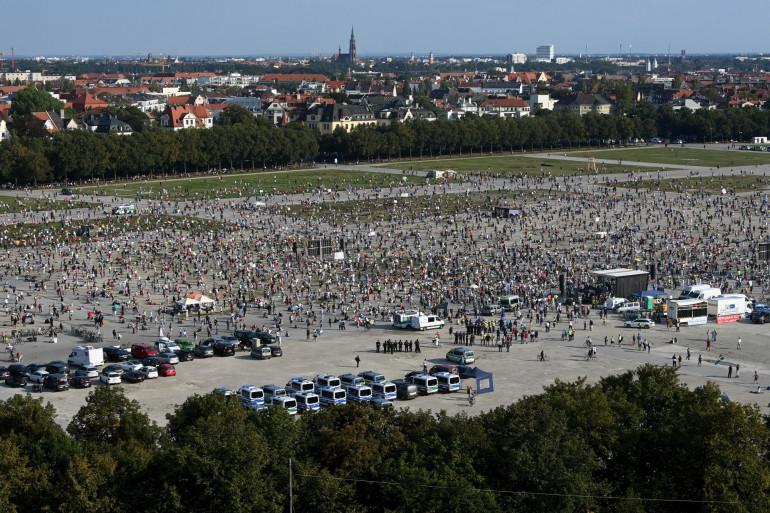 Des milliers de manifestants rassemblés à Munich (Allemagne), le 12 septembre 2020.