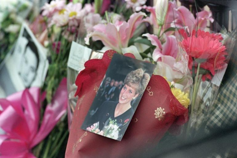 Des gerbes de fleurs déposées devant Buckingham Palace en hommage à Lady Di, le 31 août 1997