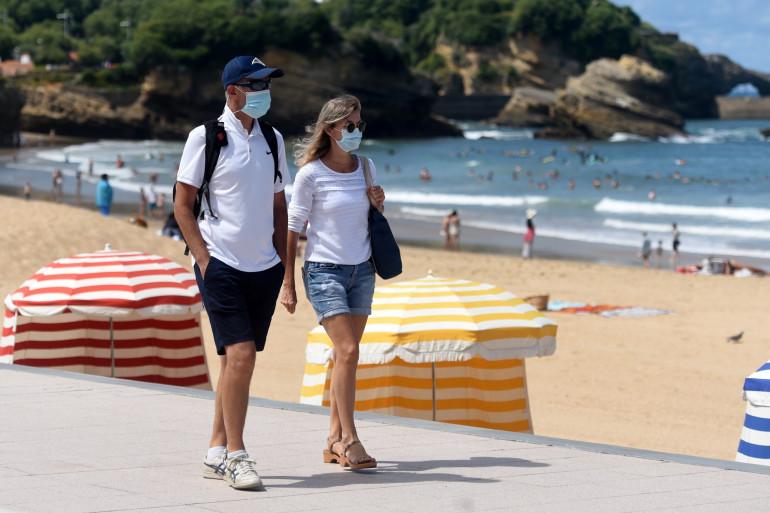 Des personnes masquées à Biarritz, le 3 août 2020.