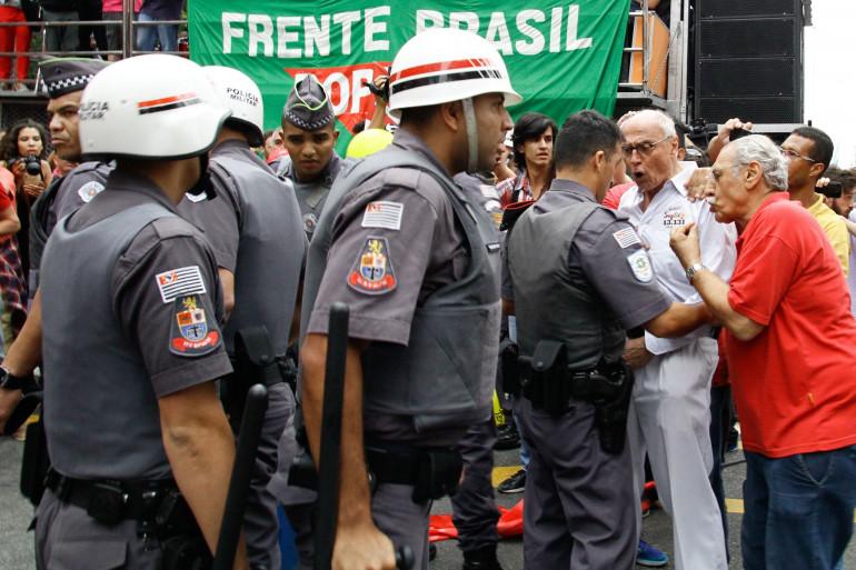 Police brésilienne face à des militants