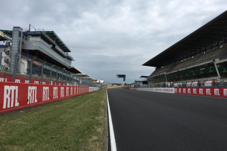 Le circuit des 24 heures du Mans avec des tribunes vides