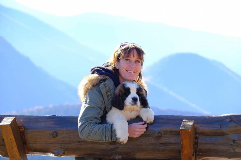Carole, 48 ans, est éleveuse de chiens Saint-Bernard en région PACA