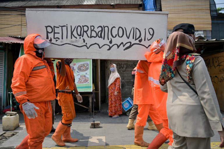 A Jakarta, les autorités locales ont fait défiler des faux cercueils pour sensibiliser les habitants au port du masque, le mardi 15 septembre 2020.