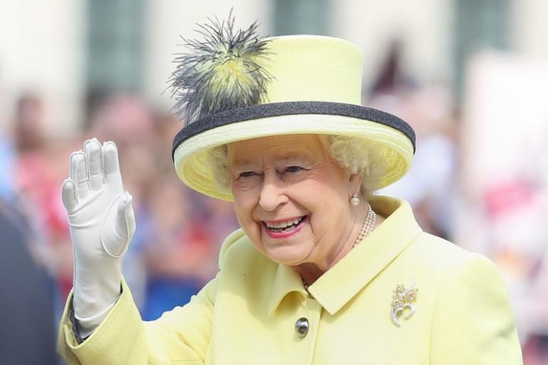 """Elizabeth II """"va mieux"""" et reprend la gestion de ses royales tâches."""