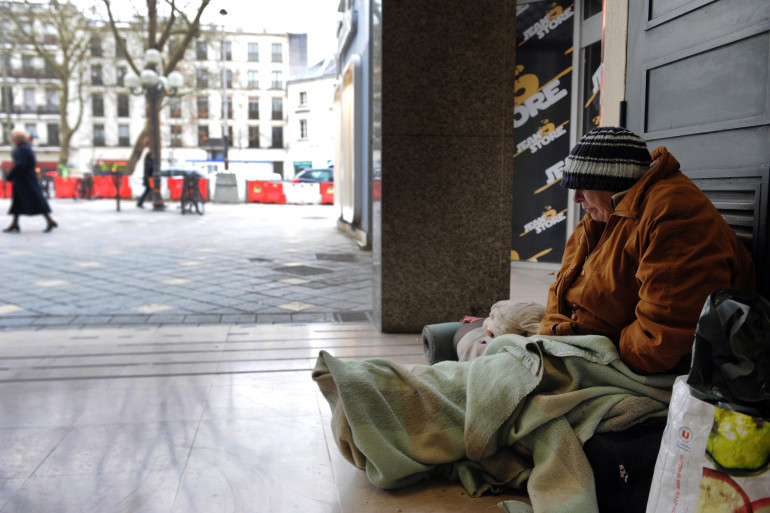 Un sans-abri dans la rue (illustration)