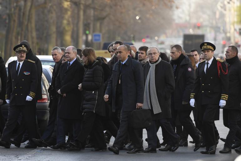 Un cortège de représentants politiques, composé notamment de Anne Hidalgo et Bruno Le Roux, se rend devant les locaux de Charlie Hebdo, le 5 janvier 2017.