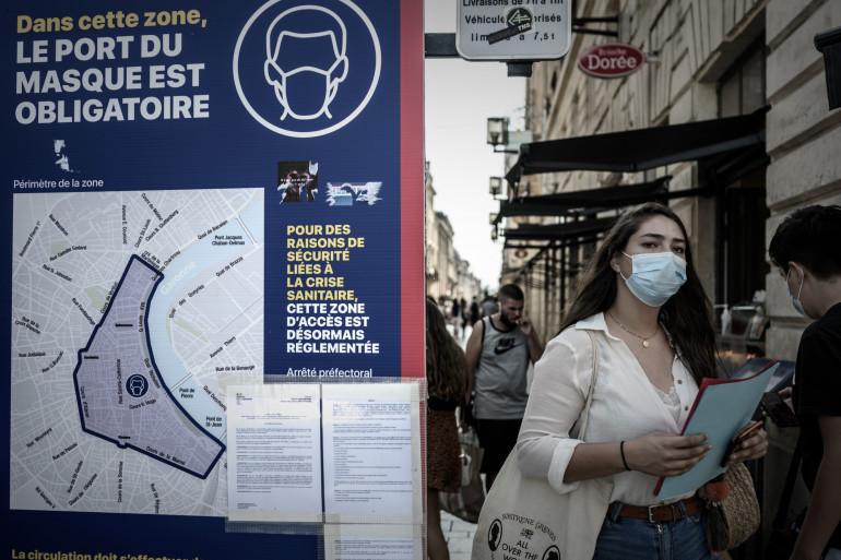 Des piétons portant un masque des les rues de Bordeaux
