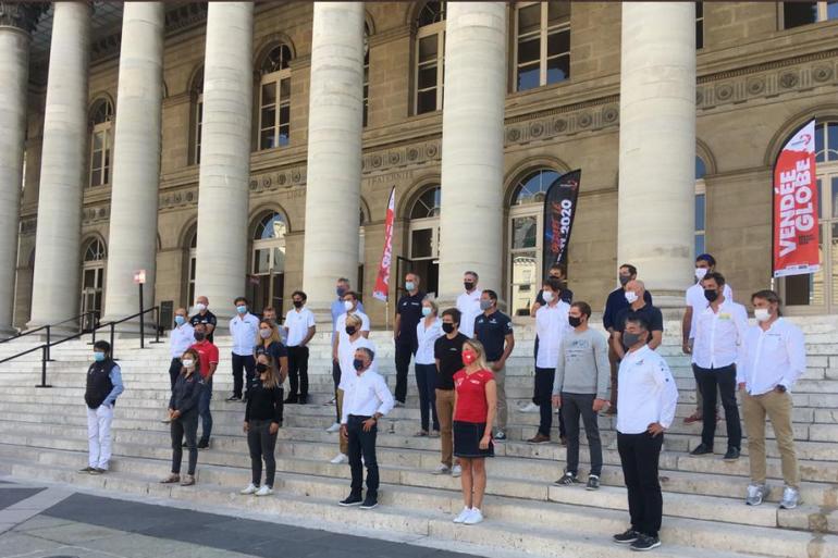 29 des 33 skippers présents sur les marches du Palais Brongniart à Paris
