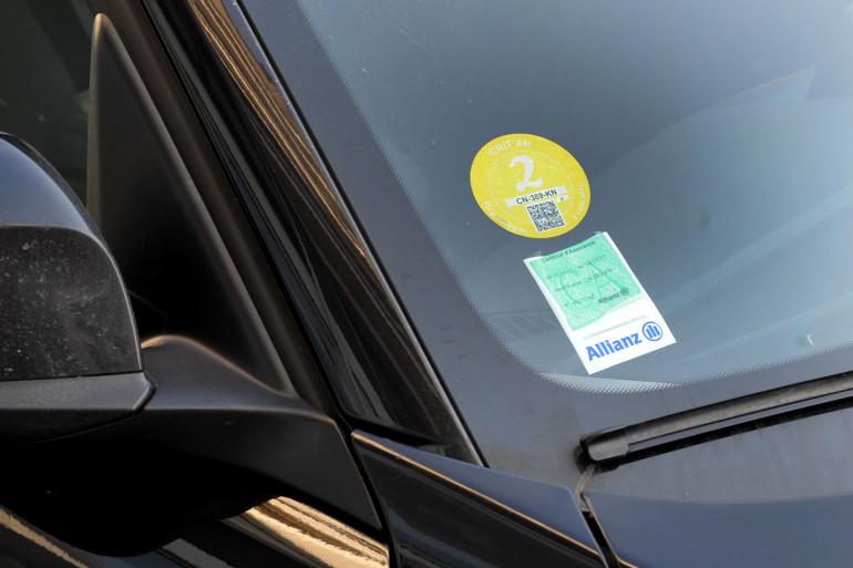 Une voiture équipée d'une vignette anti-pollution