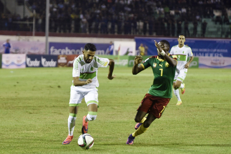 L'Algérien Riyad Mahrez au duel avec le Camerounais Karl Toko-Ikambi en octobre 2016