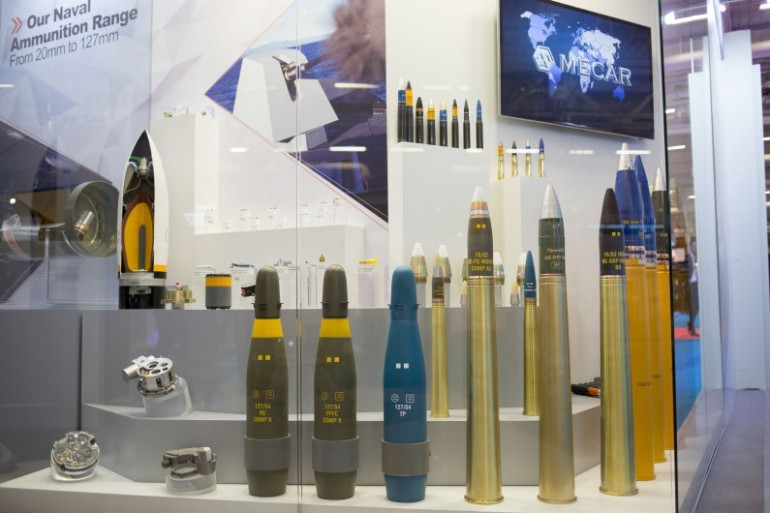 Des armes sur un stand du salon international de défense et de sécurité au Bourget