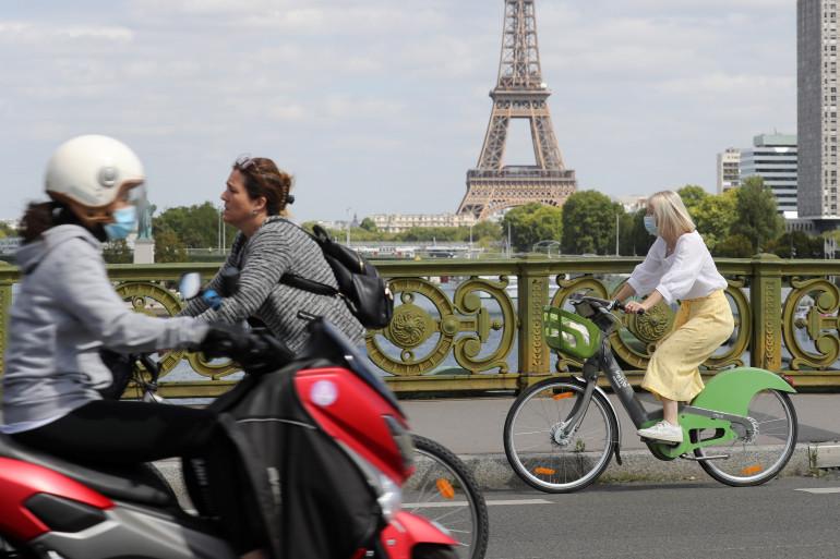 Une femme à vélo à Paris (illustration)