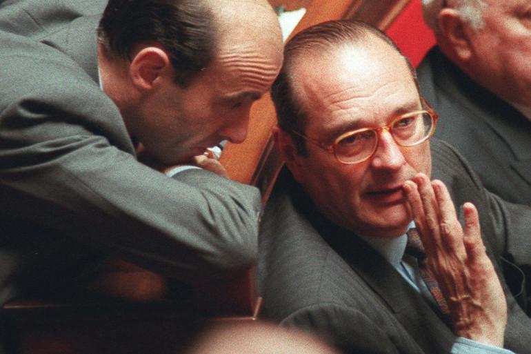 Le président du RPR Jacques Chirac discutant avec le secrétaire général du parti Alain Juppé dans l'hémicycle le 19 mars 1991.