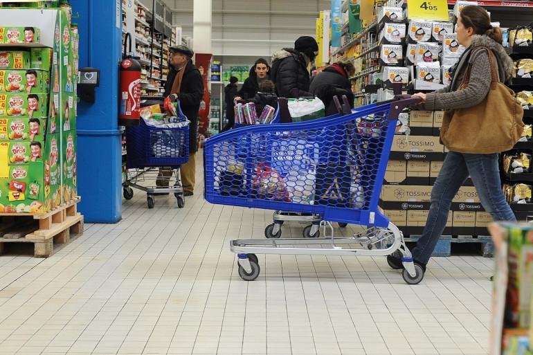 Une personne fait ses courses dans un supermarché (Illustration).