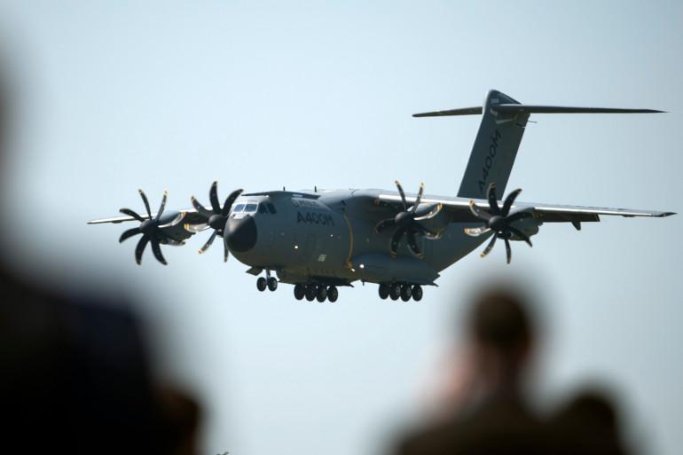 Un avion militaire en phase atterrissage